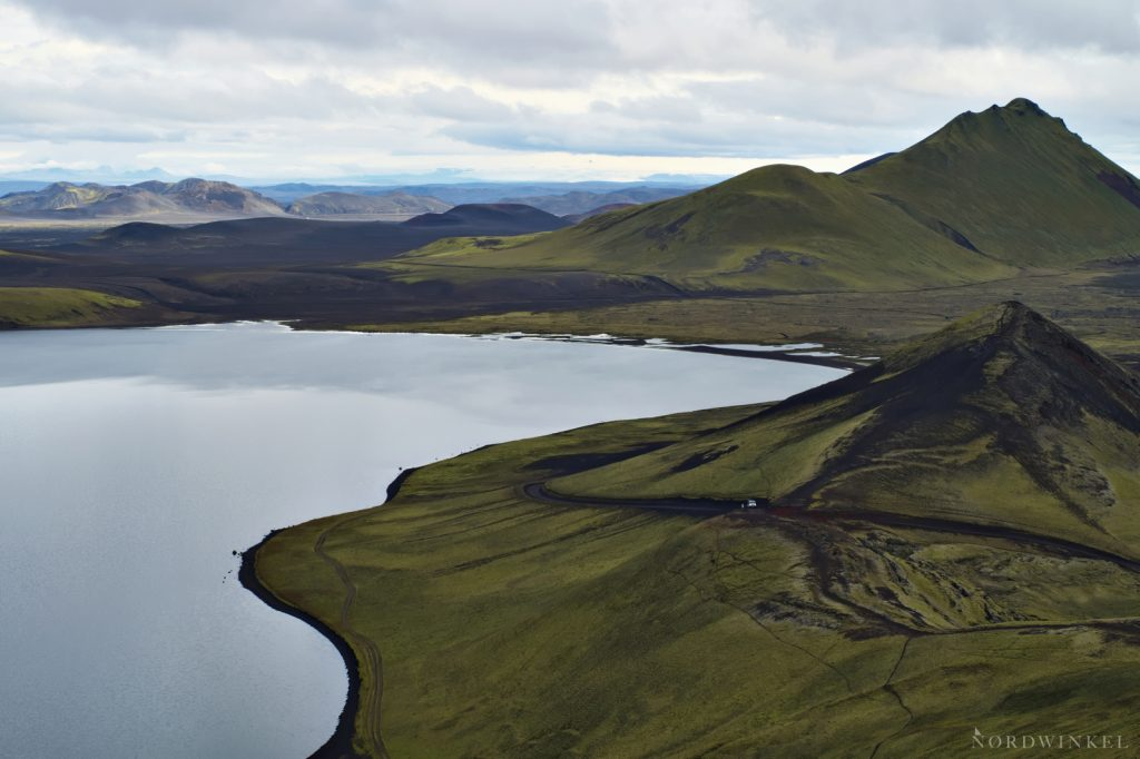 Ausblick über einen Bergsee im isländischen Hochland