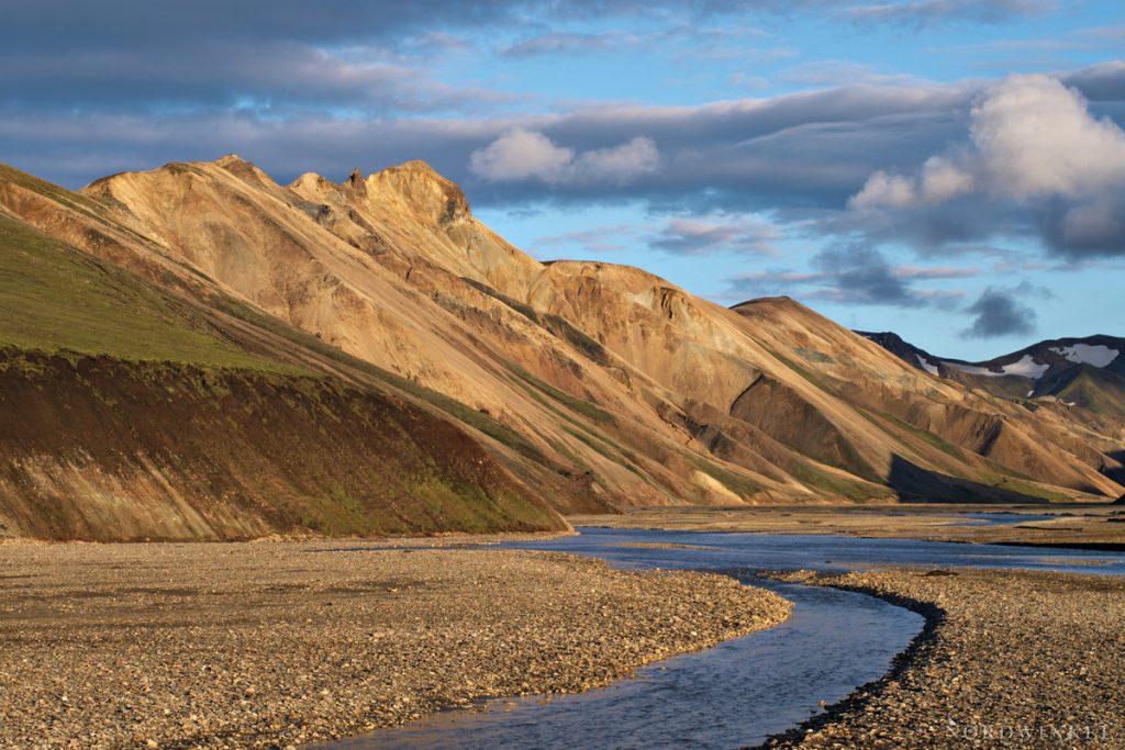 die untergehende Sonne leuchtet über den Rhyolithbergen in Landmannalaugar