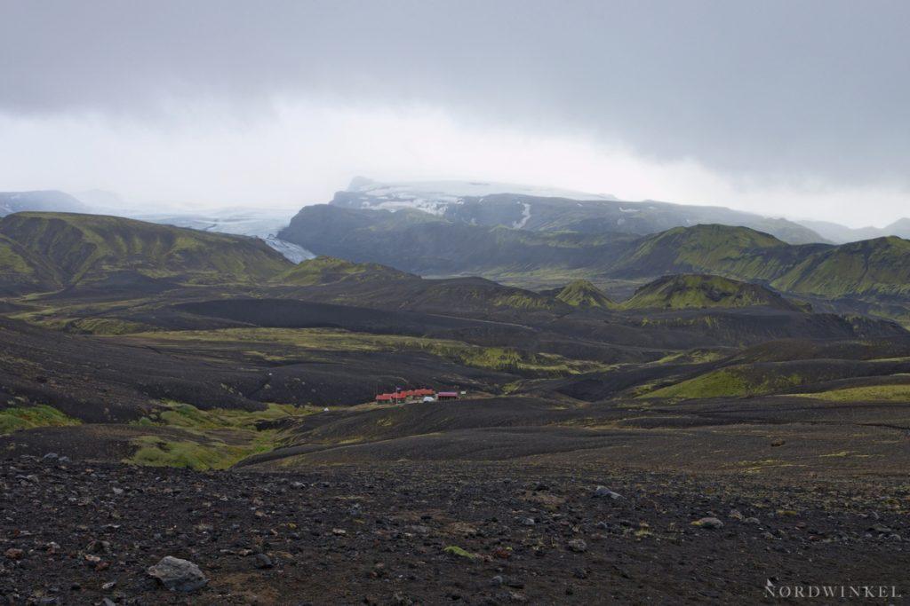 Blick über das Gelände um eine Hütte auf dem Laugavegur