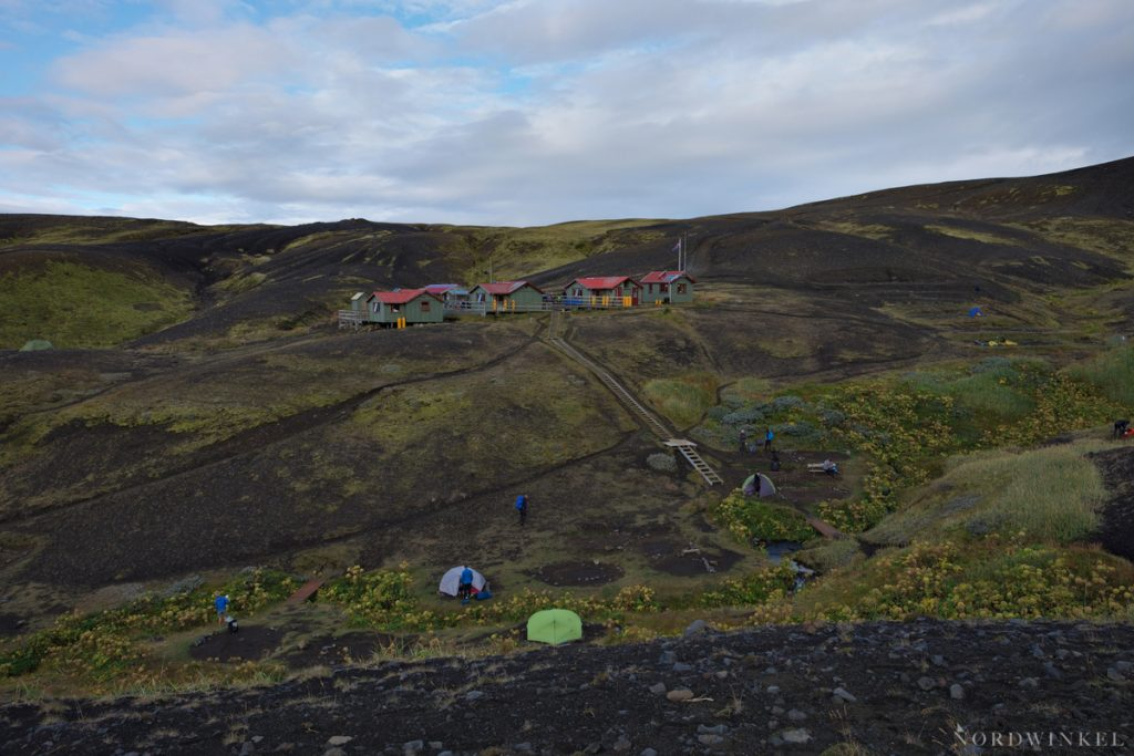 Die Hütte in Emstrur mit den Zeltplätzen im Vordergrund