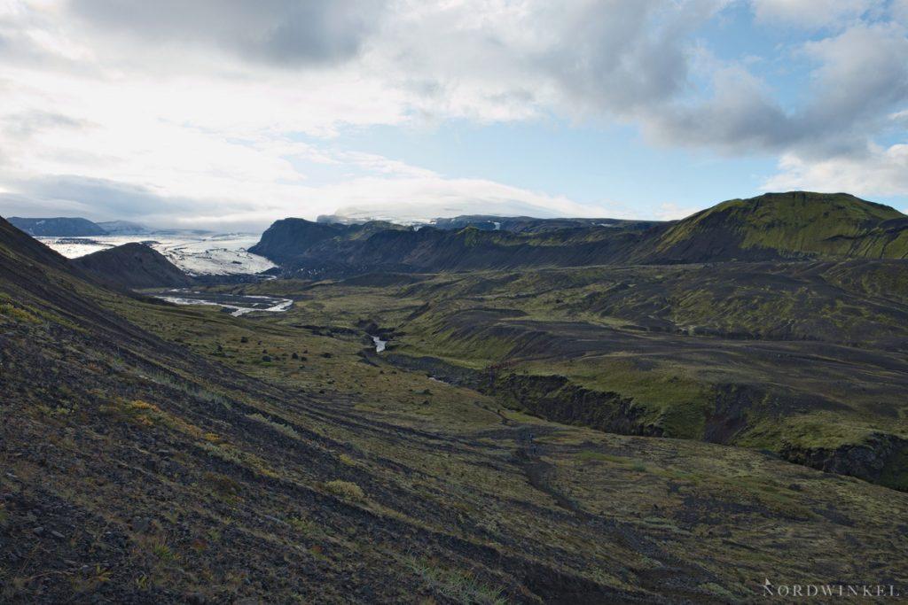 Blick über ein Gletscherflusstal in Island