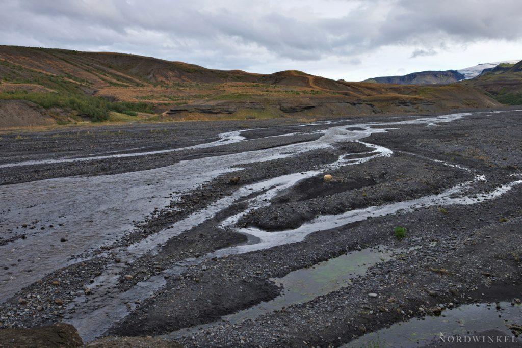 Blick über den Flusslauf des Gletscherflusses Thrönga
