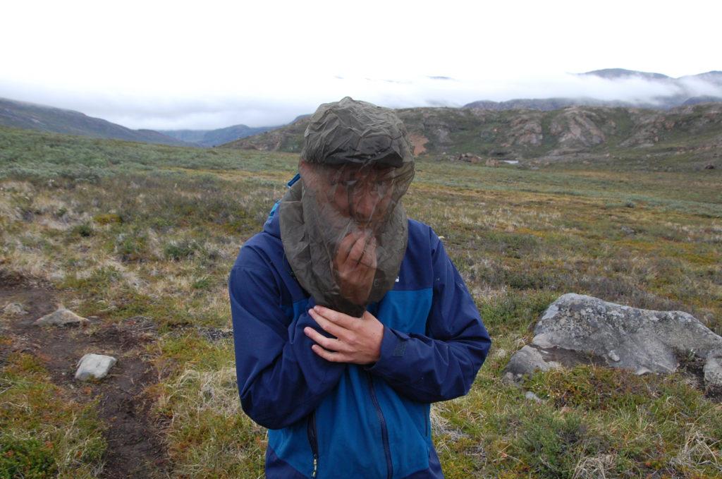 Konrad stopft sich unter einem mosquitonetz einen schokoriegel in den mund