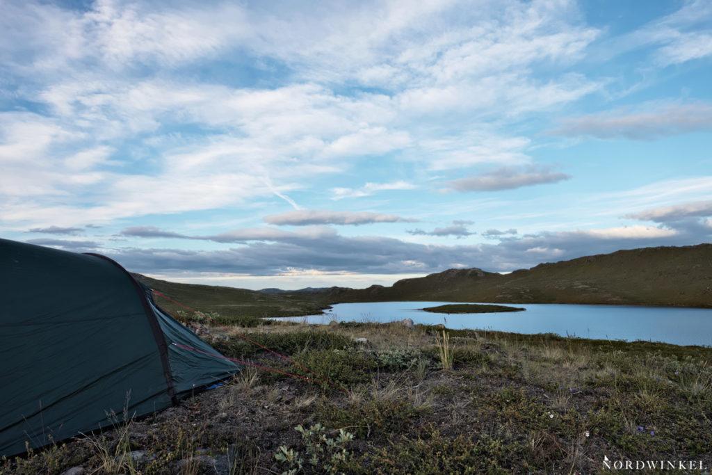 zelt oberhalb eines sees auf dem arctic circle trail