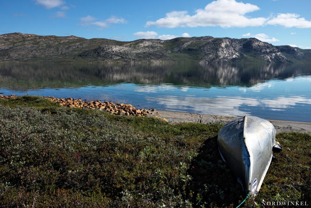 Kanu am Seeufer des Amitsorsuaq
