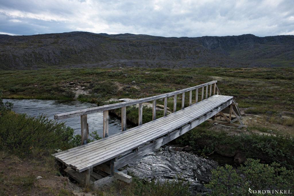 holzbrücke über den fluss auf dme arctic circle trail