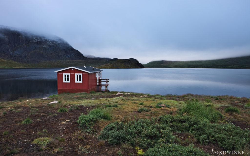 Hütte und umgebung am seeufer