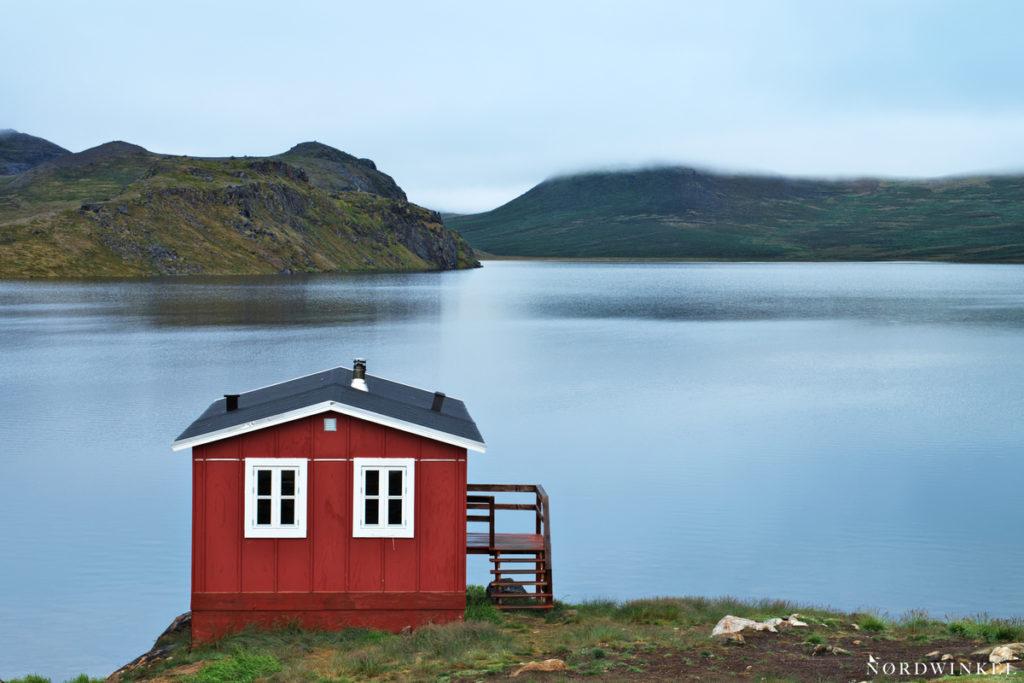 blick über den See mit der innajuattoq II hütte