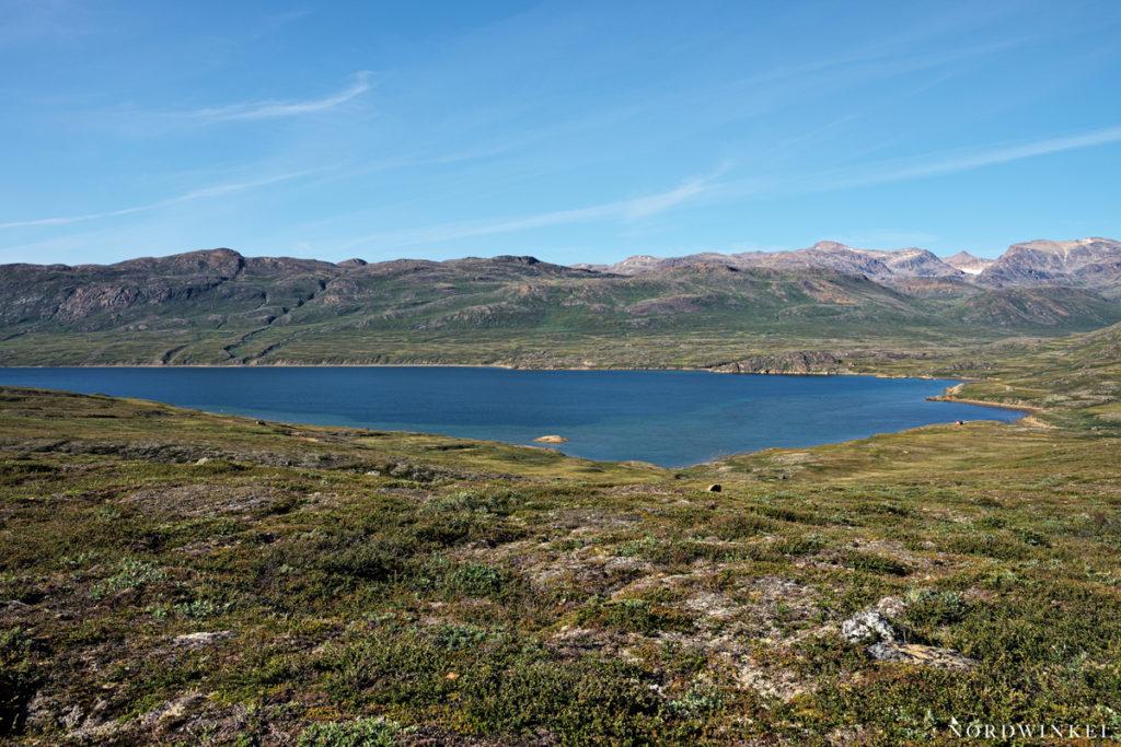 blauer fjord zwischen felswänden
