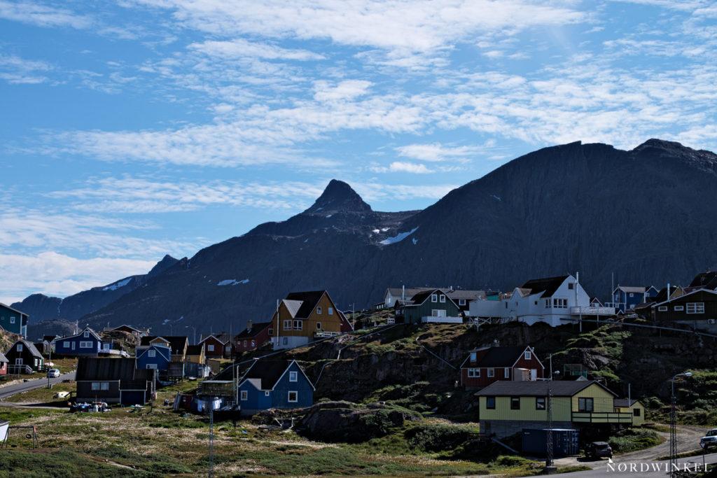 die stadt sisimiut vor der kulisse des markanten berges Nassaasaq