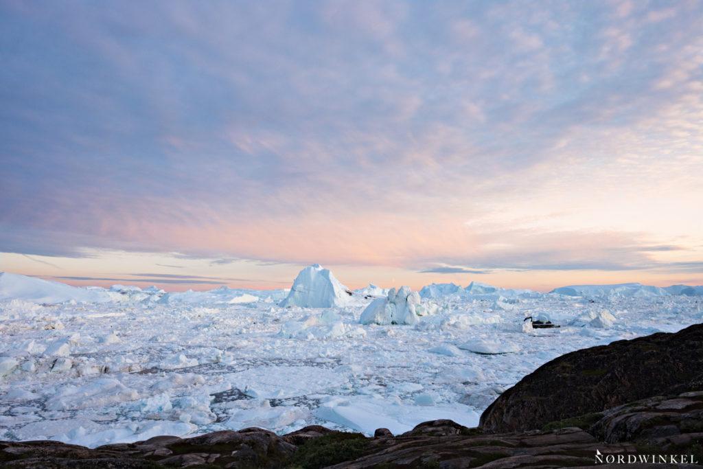der eisfjord ilulissat im licht der untergehenden sonne