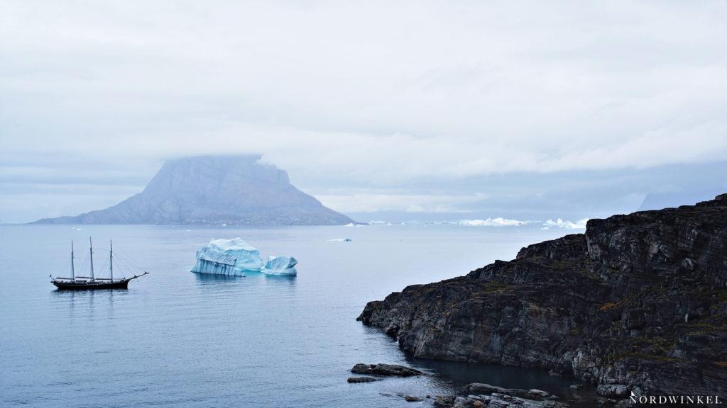 graue wolken über dem uummannaqfjord in grönland