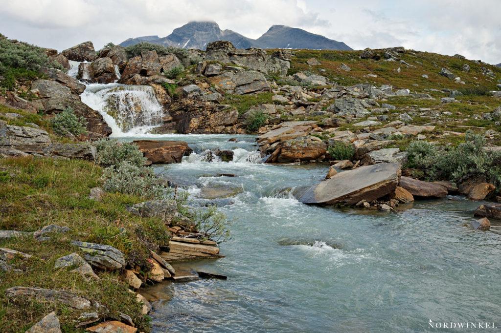 fluss im sarek mit türkisblauem gletscherwasser
