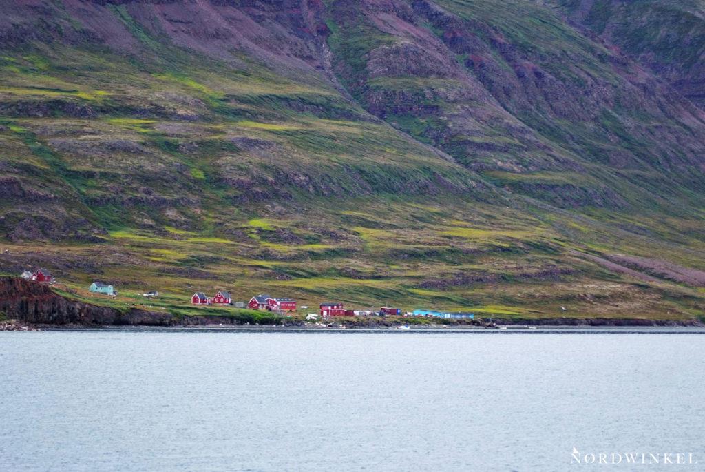 grönländische siedlung am hang eines großen berges