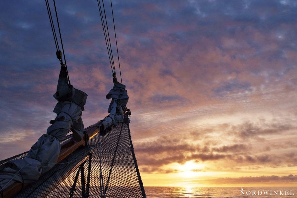 bug eines segelschiffs zum sonnenuntergang