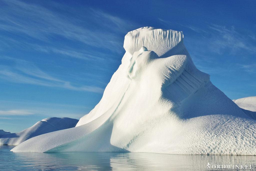 riesiger eisberg in form eines walross
