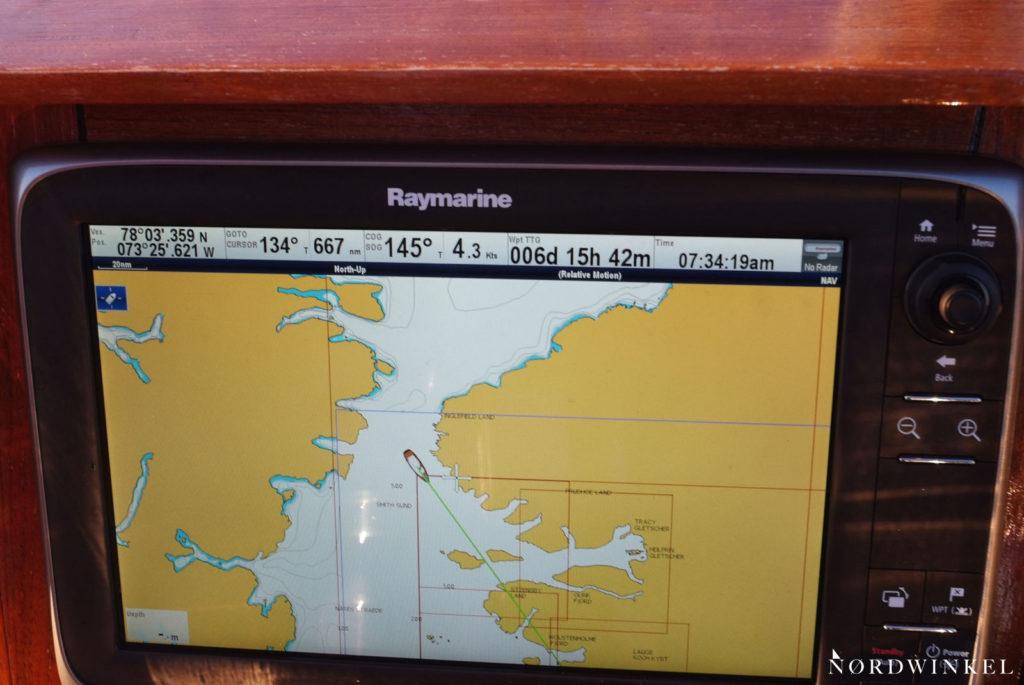 schiffsmonitor mit der angabe der nördlichen breite von 78°