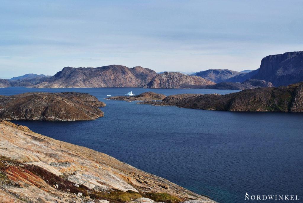 das karge hinterland upernaviks mit fjorden und nacktem fels