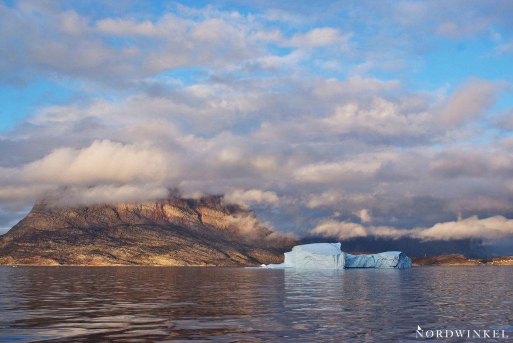 tiefhängende wolken vor dem herzförmigen felsen in uummannaq