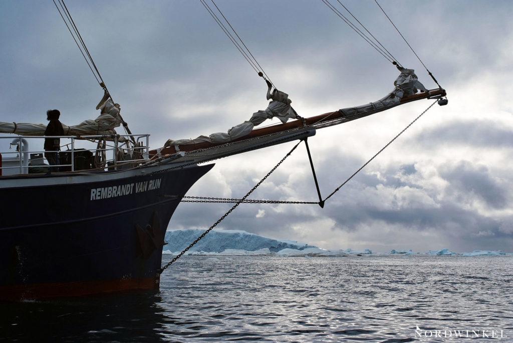 segelschiff vor der kulisse des eisfjords