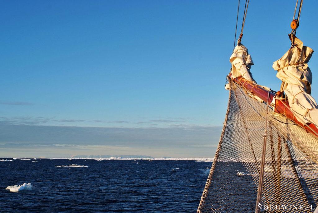 bug des segelschiffes vor dem packeis