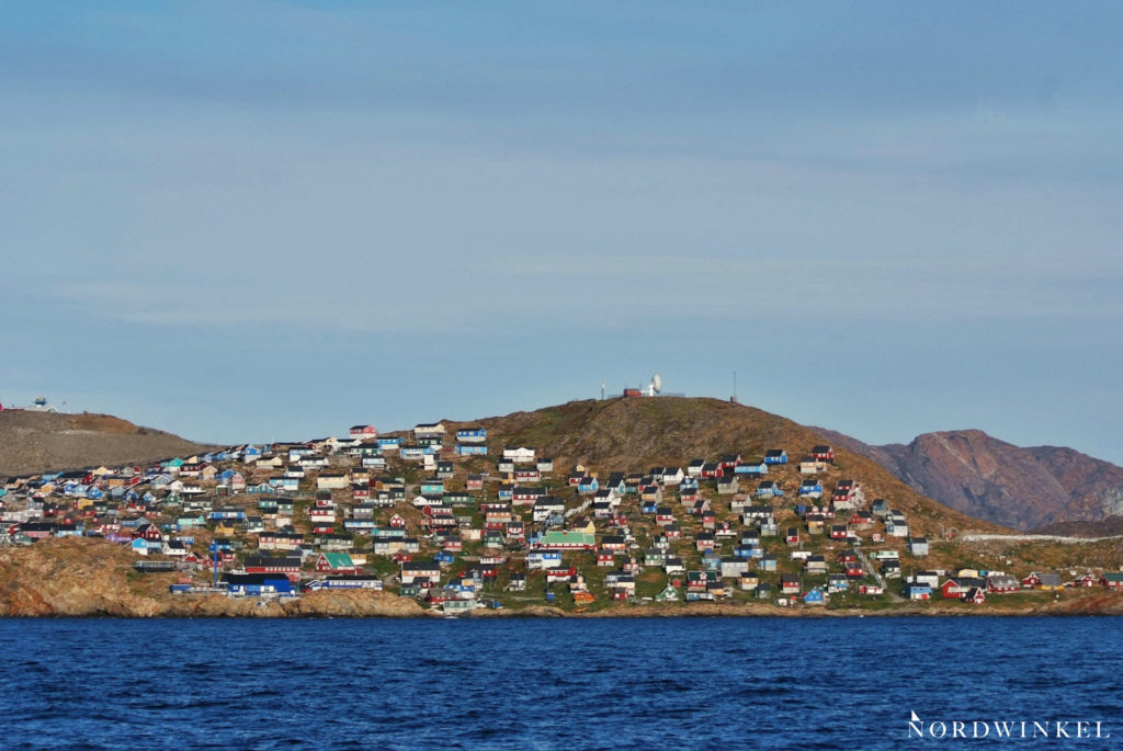 upernavik mit bunten häusern an einem felshügel