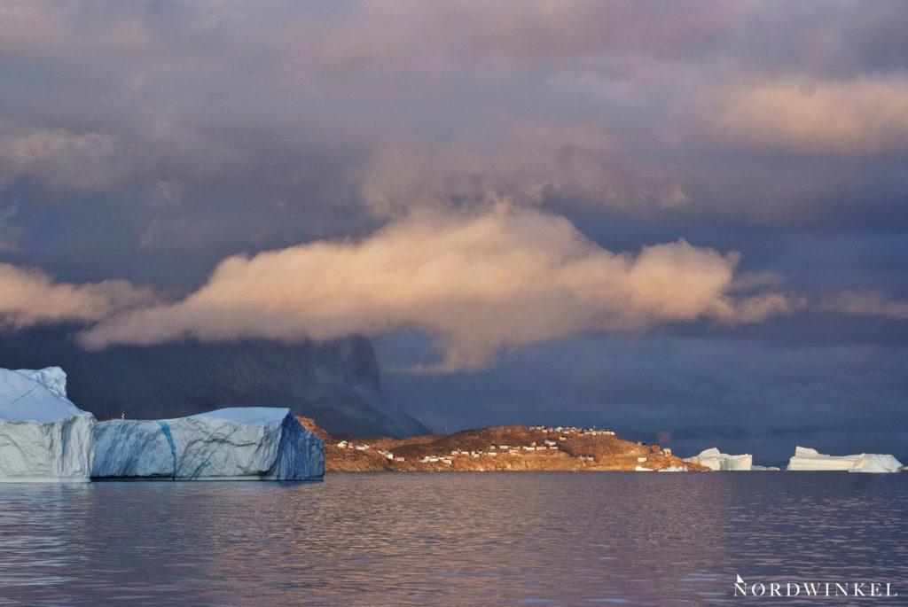 uummannaq im sonnenuntergang unter tief hängenden wolken
