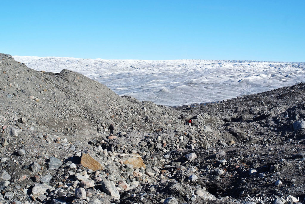gletschermoräne aus geröll vor dem inlandseis