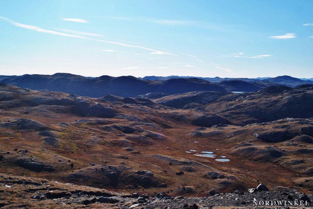 rotbraun leuchtende arktische tundra mit kleinen seen durchsetzt