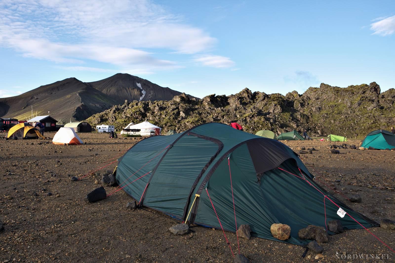 zelt in Landmannalaugar mit steinen als sturmschutz
