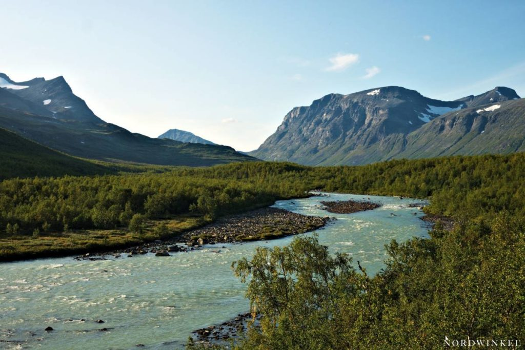 Fluss fließt durch Trekkinggebiet Sarek Nationalpark