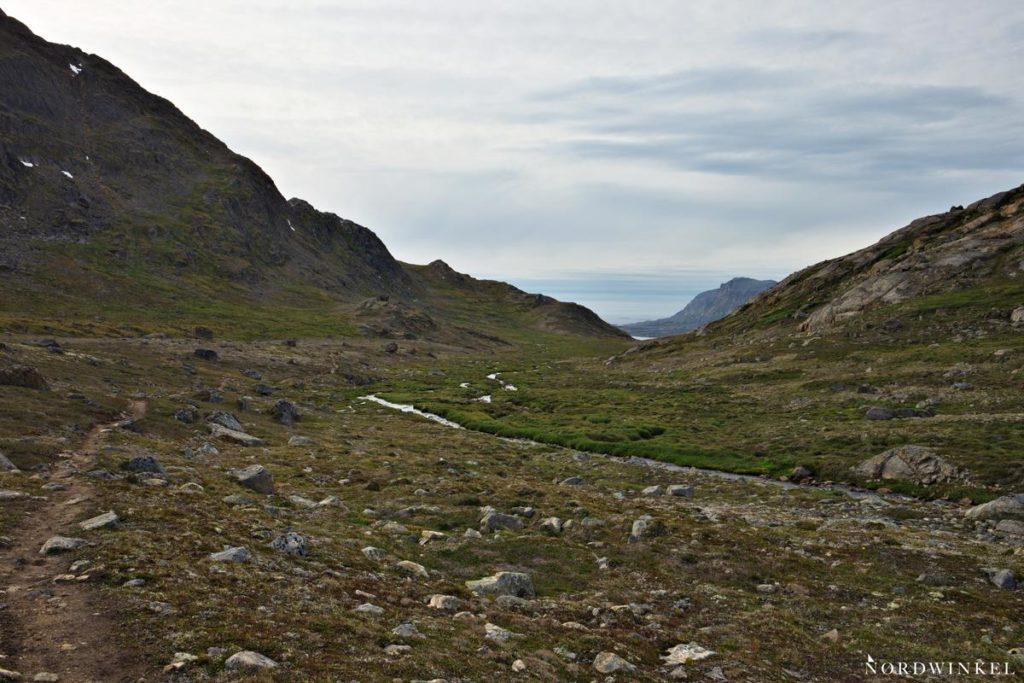 inmitten der arktischen tundra taucht die stadt sisimiut am horizont auf