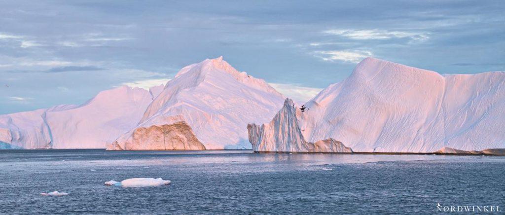 riesige eisberge in ilulissat im abendrot