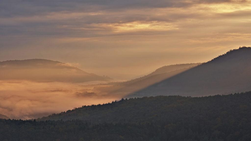 sonne bricht durch dichte nebel- und wolkendecke