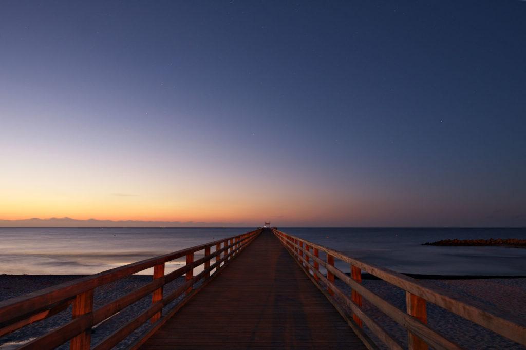 steg einer seebrücke auf der ostsee im abendlicht