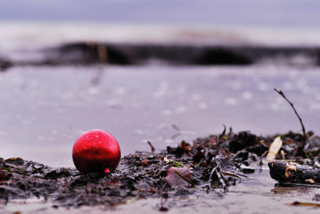 weihnachtskugel am strand aus bodennaher perspektive