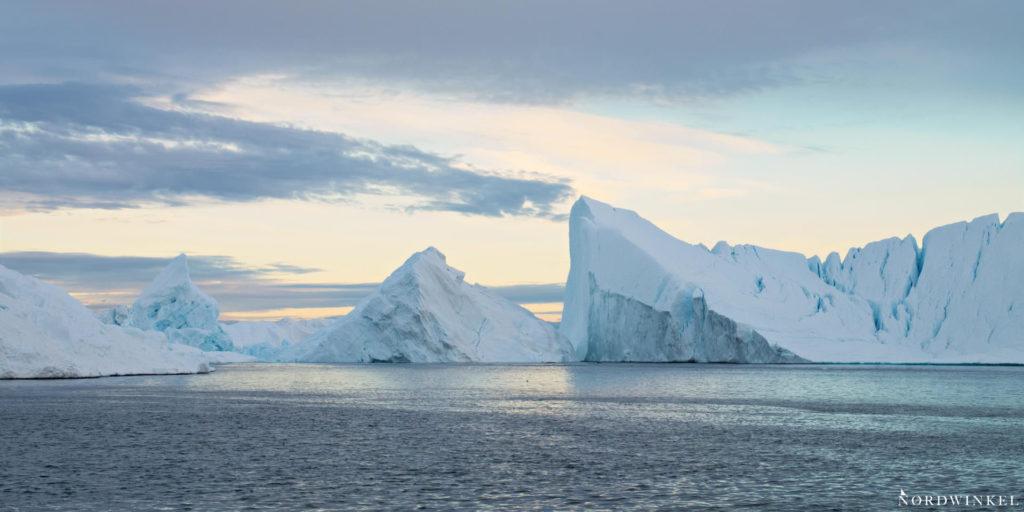 eisberge im abendlicht in ilulissat