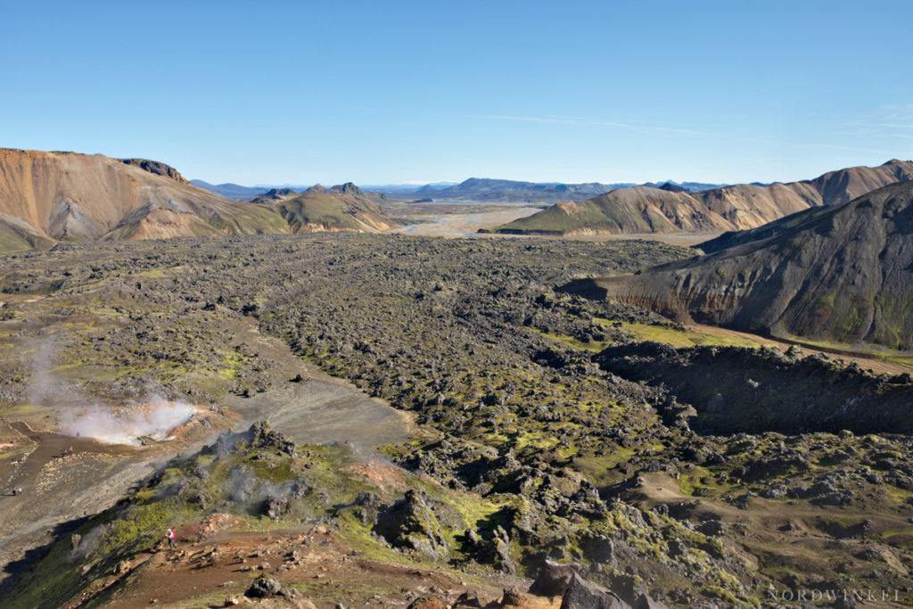 Blick über ein Lavafeld mit heißer Quelle in Landmannalaugar