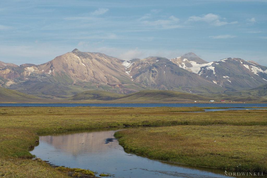 Blick über See auf eine hohe Bergkette