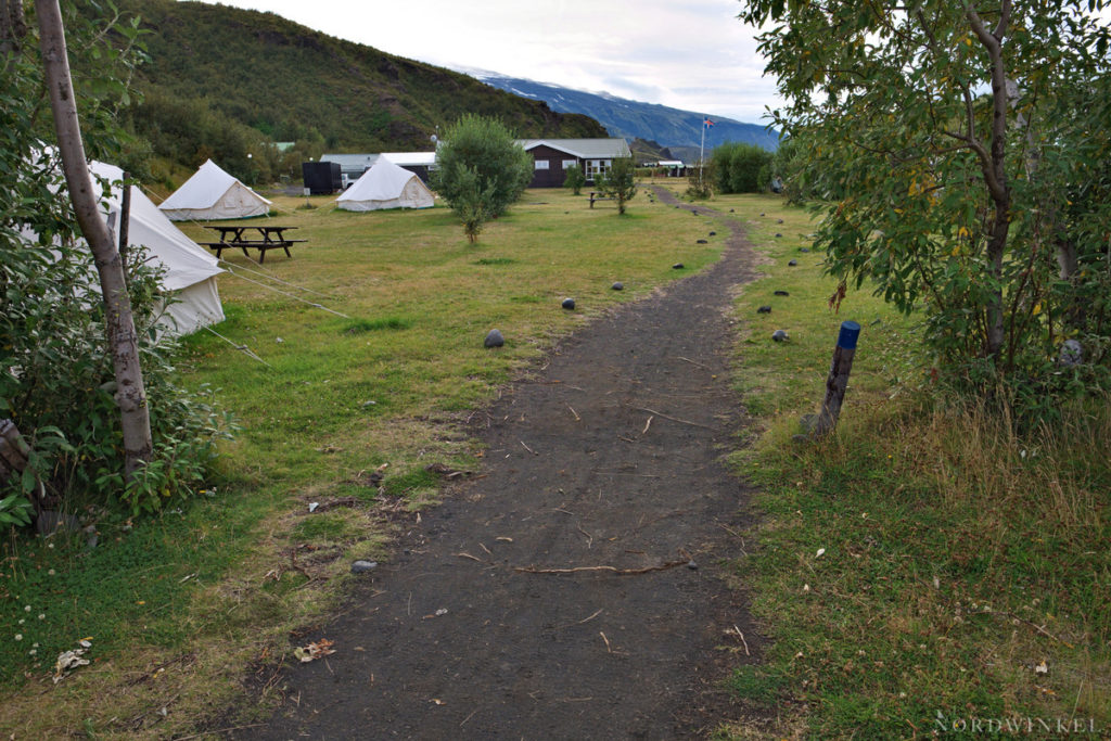 Weg in die grüne Anlage der Volcano-Huts in Thorsmörk